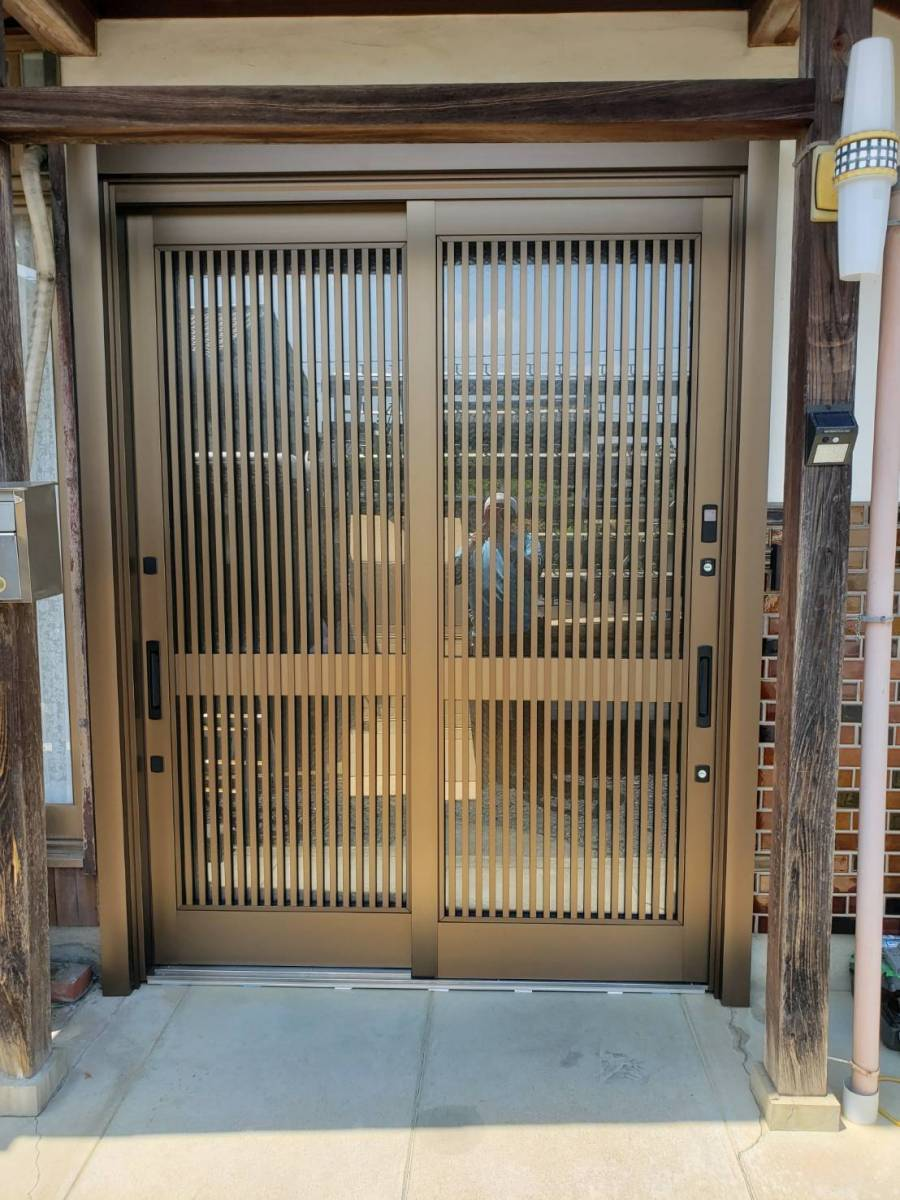 ヤマガタヤ リフォームガーデン部のリシェント玄関引戸取替工事の施工後の写真1