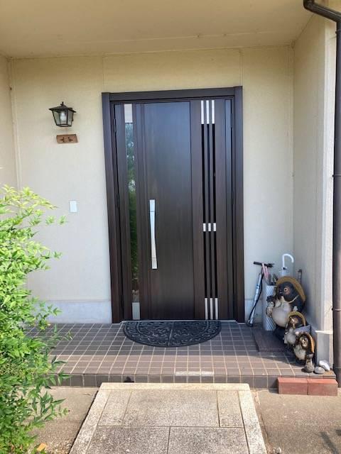ヤマガタヤ リフォームガーデン部のリシェント玄関と門扉のコーディネートの施工後の写真1
