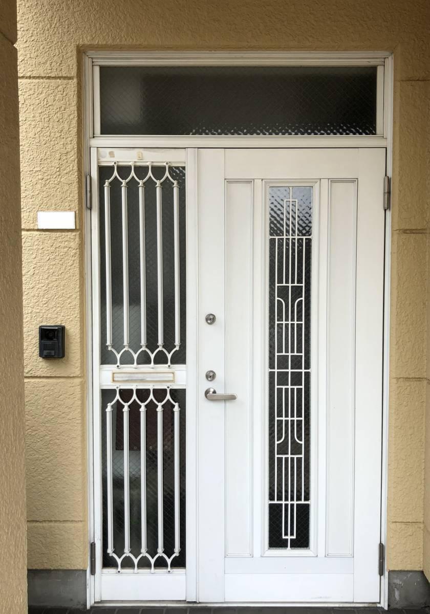 セレックスの玄関ドア LIXILリシェント カバー工法工事の施工前の写真1