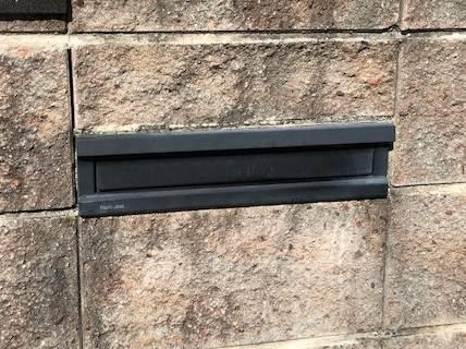 セレックスのポストの裏ブタの施工前の写真2