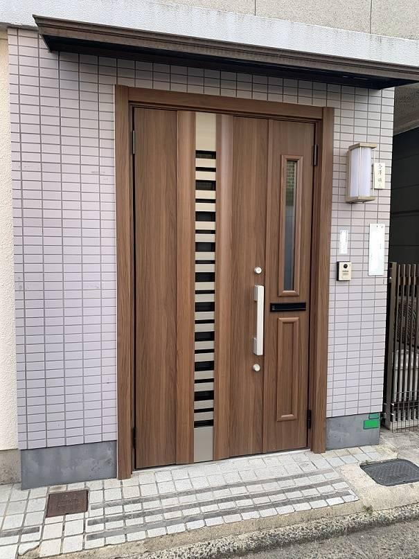 小林エコ建材の明るくモダンな玄関ドアに早変わり!機能も充実!の施工後の写真1