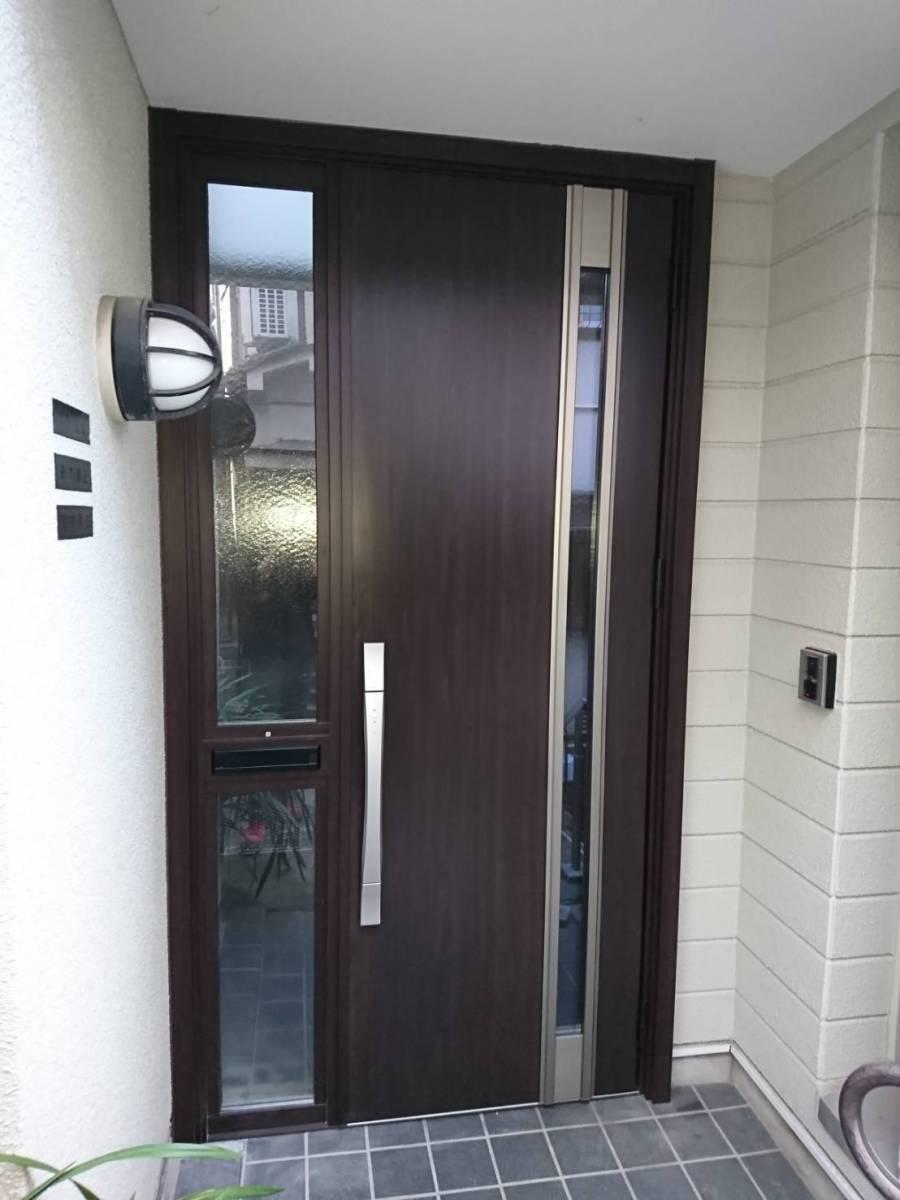 葵トーヨーのリシェント玄関ドアカバー工事 CAZAS仕様の施工後の写真1