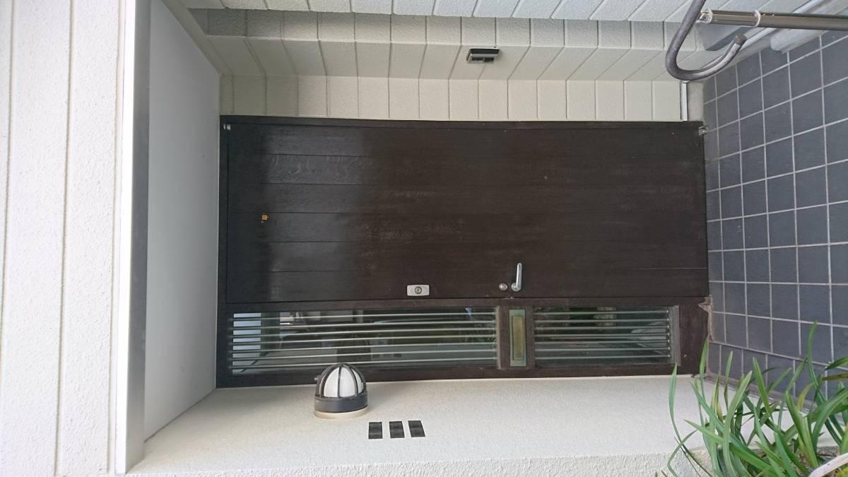 葵トーヨーのリシェント玄関ドアカバー工事 CAZAS仕様の施工前の写真1