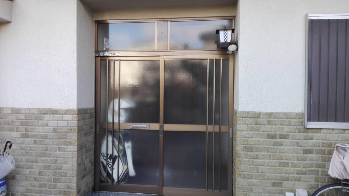 村島硝子商事のリクシル1Dayリフォーム リシェント玄関引き戸の施工前の写真1