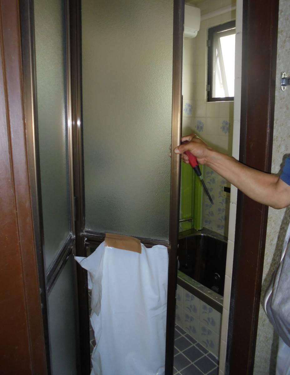 北摂トーヨー住器のお風呂ドアの交換リフォームの施工前の写真1