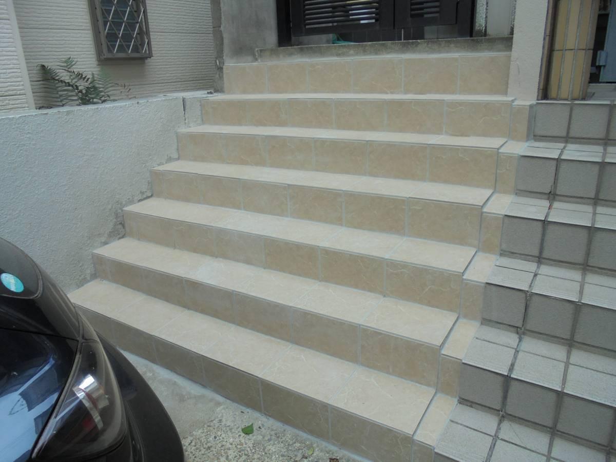 北摂トーヨー住器のひび割れの目立ってきたコンクリート階段をきれいにタイル張り。の施工後の写真1