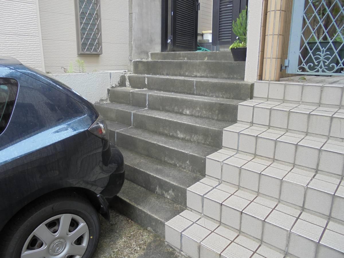 北摂トーヨー住器のひび割れの目立ってきたコンクリート階段をきれいにタイル張り。の施工前の写真1