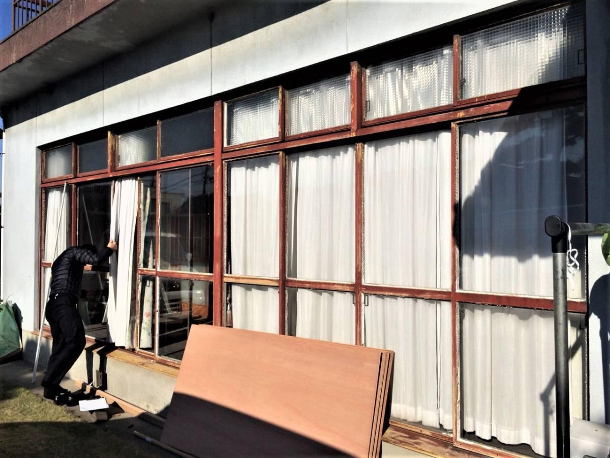 窓工房テラムラの寒くて動かない鉄製の窓から快適な窓際への施工前の写真1