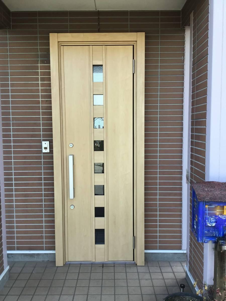 茂木トーヨー住器 茂木の動きも軽くなり、木目調で落ち着いた玄関になりました。栃木県芳賀郡益子町の施工後の写真1