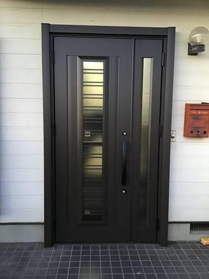 茂木トーヨー住器 宇都宮の通風式玄関ドア、鍵を締めた状態でも風が入ってきます。栃木県河内郡上三川町施工事例写真1