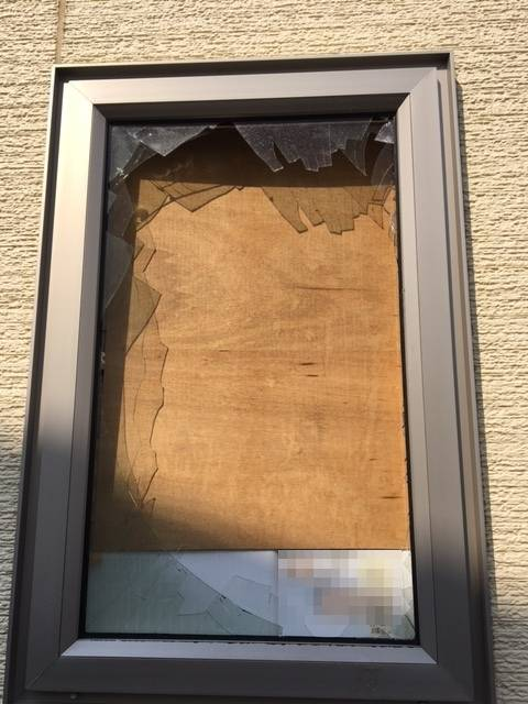 ヒロトーヨー住器の強風でガラスが・・・ 【ペアガラスの交換】の施工前の写真1