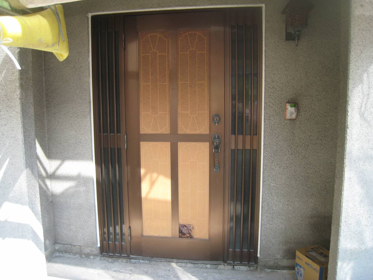 大東トーヨー住器の玄関ドア取替工事の施工前の写真1
