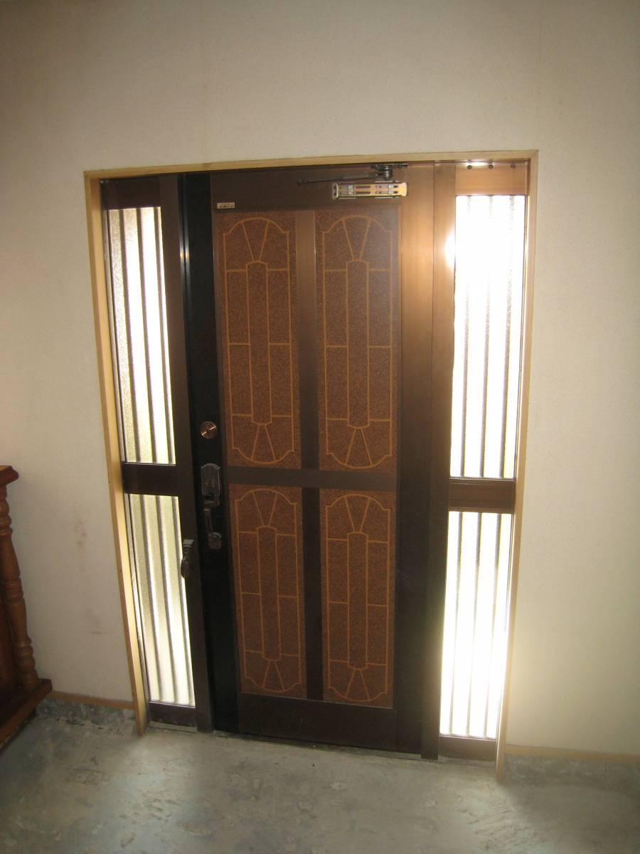 大東トーヨー住器の玄関ドア取替工事の施工前の写真2