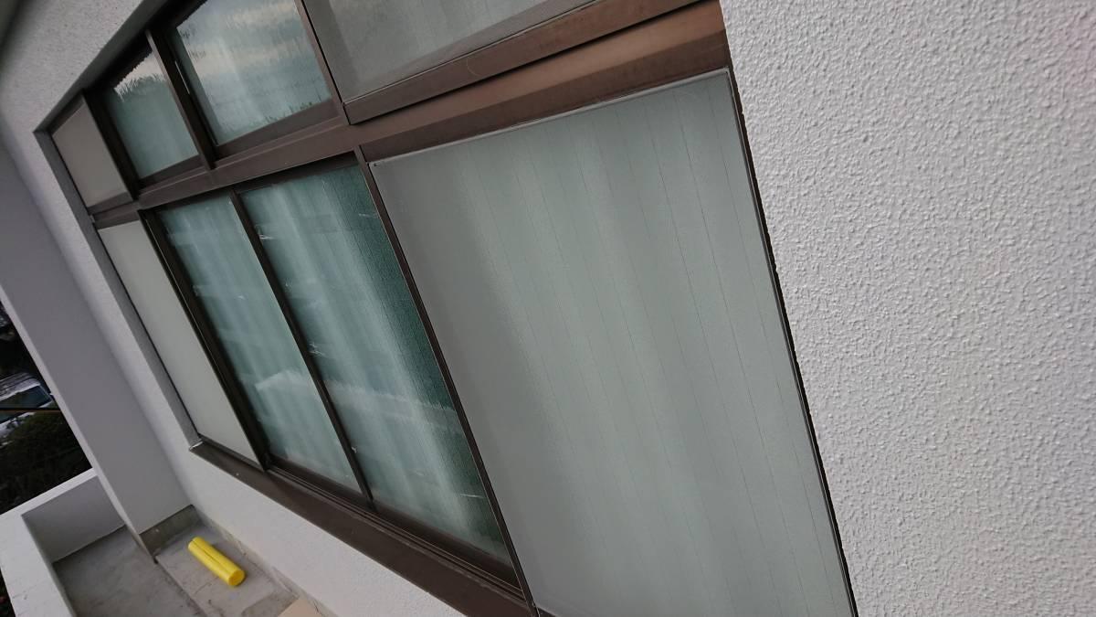 大東トーヨー住器の台風などで飛来物が飛んで窓ガラスが割れるのを防ぐために後付の雨戸を取付 雨戸一筋 大阪市の施工前の写真1